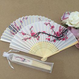 Canada Livraison gratuite en gros 50pcs / lot conception de fleur de prunier fan de main en soie pliante élégante avec sac en organza cadeau faveur de mariage cadeau Offre