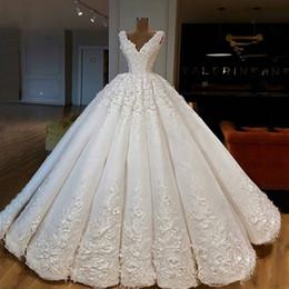 vestidos de noiva de designer árabe Desconto Plus Size 2019 Novo Designer de Luxo Árabe Dubai Profundo Decote Em V Vestidos De Casamento Do Laço Applique Tribunal Trem Vestidos De Casamento vestidos de novia