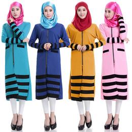d3e603f3c40a Frente Zipper Vestido Muçulmano Padrão Stripe Abaya para Mulheres Bolsos  Projeto Longo Manga Curta Vestido De Malha Oriente Médio Vestido Islâmico  Étnico