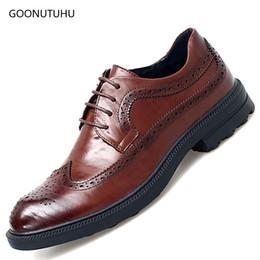 2018 Mode Herren Kleid Schuhe echtes Leder klassischen schwarz braun Büro  Brogue Schuh Mann elegante Hochzeit formale Schuhe für Männer deb3c628f1