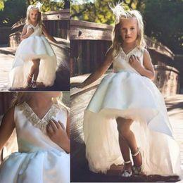 hocharmes ärmelloses hemd Rabatt Weiß High Low Girls Pageant Kleider Perlen V-Ausschnitt Sleeveless Ballkleid Hochzeit Blumenmädchenkleider Satin und Tüll Baby Geburtstag Party Kleid