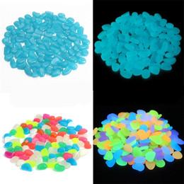 Bleu d'aquarium en Ligne-100 Pcs Aquarium Noctilucent Sable Jardins Décor Fish Tank Lumineux Cobblow Lueur Dans Le Bleu Blanc Foncé Livraison Gratuite 15lc Ww