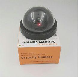 Luci di sicurezza led lampeggianti online-Fotocamera fittizia CCTV Flash lampeggiante LED Telecamera falso all'aperto Sicurezza simulata Videosorveglianza Falso Realistica telecamera di sicurezza a luce rossa Best