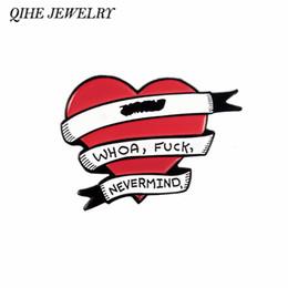 QIHE JEWELRY Red Heart Banner Pins FXXK Spille Badge Spille Spille Spilla citazione divertente gioielli Spille per uomo donna da