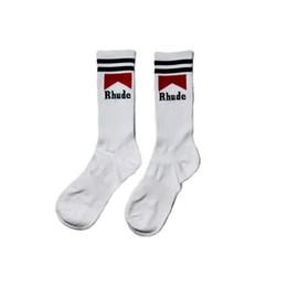 2019 chaussettes à papillon en gros Mode Socks Lettre Impression Chaussettes Longues Rayures Thin Coton Épaissi Bas Confortable Mouvement Hommes Et Femmes Amoureux Chaussettes HFBYWZ014