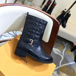 cc914b3eb87 Diseñador de lujo para mujer Martin botas 2018 botas de caballero de la  moda de invierno flor de cuero acolchado durable muslos botines planos  Tamaño 35-41