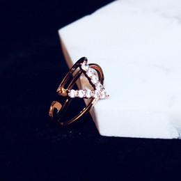 2019 ouro de zircónio Best selling senhoras requintado personalidade letra embutida anel de zircônio tendência da moda em forma de V subiu anel de ouro casal presente jóias anel ouro de zircónio barato