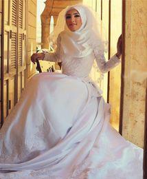 свадебные свадебные платья кружевные мусульманские Скидка Скромные бисерные кружевные мусульманские свадебные платья Винтаж с длинным рукавом с скользящим шлейфом с высокой горловиной Белый тюль Аппликация Арабский A Line Свадебные платья