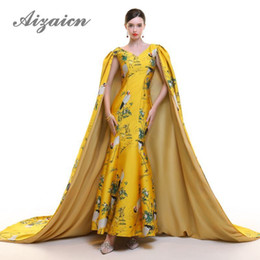 vestido tradicional amarillo chino Rebajas Crane amarillo vestido de noche chino 2018 con chal sirena bordado Cheongsam tradicional boda oro vestido de brocado Qipao