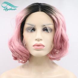 2019 сакура косплей парик Bythairshop высокая температура волокна короткие Боб волнистые парик темные корни Сакура розовый синтетические кружева перед парики для женщин девушка Леди косплей скидка сакура косплей парик