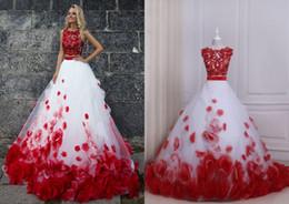 Vestido largo blanco con flores rojas