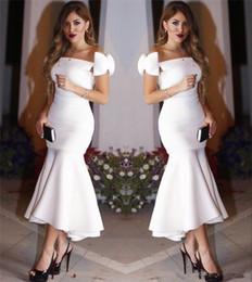 Vestido de noche alto bajo arco online-Vestidos de cóctel de vaina blanca árabe con cuello en el cuello Fuera del hombro Arco Alto Bajo Corto Fiesta formal Vestido de noche Vestidos