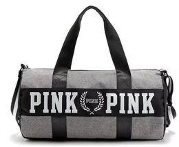Wholesale Bolsas de deporte para mujeres Bolsos de lujo Carta de color rosa Viaje de gran capacidad Bolsa de playa impermeable de rayas a rayas en el hombro para negocios al aire libre
