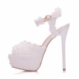 2019 stilettos de flores Nuevas flores de encaje blanco hebilla peep toe zapatos para mujer tacones de aguja de la moda zapatos de tacón de aguja de la boda Perlas de plataforma Sandalias de novia stilettos de flores baratos