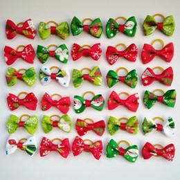 Gomas de pelo de perro online-100 unids Nuevo Perro Navidad Arcos Del Pelo Topknot Pequeño Bowknot con Bandas de Goma Productos para el Aseo de Mascotas Mezcla de Colores Mascotas Perro Perro Navidad Accesorios para el cabello