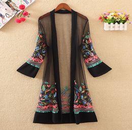 38824a6f67 Nuevas mujeres bordado floral chaqueta larga de verano chaqueta de punto  ocasional de manga larga abrigos finos damas Vintage Beach prendas de vestir  ...