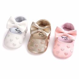 Zapatos de bebé de suela blanda corazón online-Brand New Lovely Infant Baby Girl Crib Shoes Bowknot Heart Print Cuero Soft Sole Shoes Lindo bebé Casual Sneaker Recién nacido a 18M