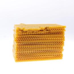 Forniture di utensili da giardino online-New Creative Yellow Honeycomb Small Nest Plinth Cera d'api Bee Frame Strumenti di apicoltura Forniture da giardino Semplice Durevole Alta qualità 20sl aa