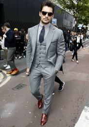 Negocio de los hombres chaleco gris online-Nuevo diseño por encargo gris claro padrinos de boda trajes para hombres novio esmoquin traje para hombre de negocios 3 piezas traje de fiesta (chaqueta + pantalones + chaleco + corbata)