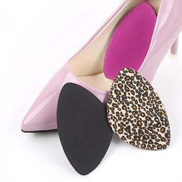Esponjas triangulares on-line-Triângulo esponja apoio arco almofadas sapatilhas pé coração almofadas absorção de choque mulheres sapatos de couro de salto alto adesivo