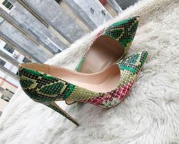 Saltos altos da serpente verde on-line-2018 moda europeia e americana, novos sapatos de salto alto de pele de cobra verde, fino e afiado, sapato raso, único, 3334 sapatos, sapatos grandes.