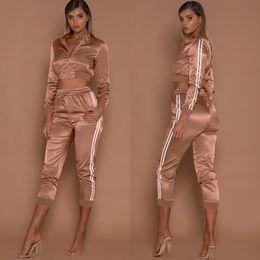 Куртки для женщин онлайн-Женские наручные костюмы Весенние спортивные костюмы для спортивной одежды Короткие полоски Спортивные куртки Обрезные штаны 2шт. Костюмы Slim Fits Casual Outfits