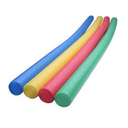 2019 brinquedos de água de espuma Multifuncional Deluxe Flexível Colorido EPE Piscina De Espuma de água macarrão divertido como Piscina Brinquedos Flutua Equipamentos para crianças adulto desconto brinquedos de água de espuma