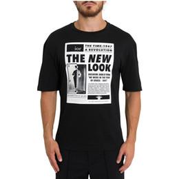 Primavera verano 2019 Lujo Europa París 1947 Revolución New Look Camiseta de periódico de alta calidad Moda Hombres Mujeres Camiseta de algodón ocasional desde fabricantes