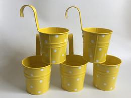 Cestini appesi Cute Wall hanging bucket Fioriera in metallo Fioriera Hanging Wedding Tub Giallo vaso da balcone verticale cheap yellow metal bucket da secchio di metallo giallo fornitori