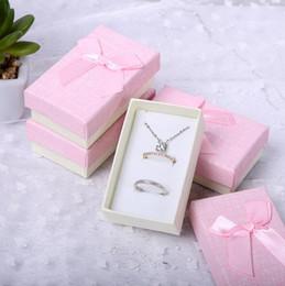 hermosos paquetes Rebajas Hermosa forma de arco krafts de espuma de papel caja de accesorios de embalaje de regalo de color que envuelve la joyería de la cinta conjunto de collar al por mayor