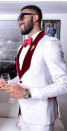 faire du vin blanc Promotion Custom Made Groomsmen Blanc Marié Tuxedos Châle Vin Velvet Revers Hommes Costumes De Mariage Meilleur Homme Marié (Veste + Pantalon + Gilet + Noeud Papillon) L30