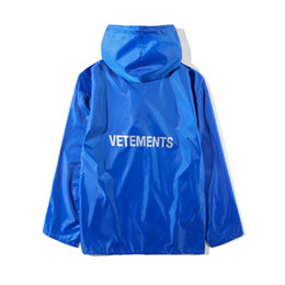 Mejor abrigo de calidad online-2018 mejor calidad VETEMENTS Women Men estilo largo chaqueta impermeable calidad 1: a1 hiphop chaquetas extragrande capa azul verde impermeable