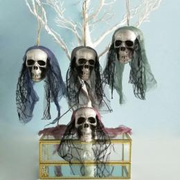 Adornos de casa online-Halloween prop espuma cráneo decoración ghoast cabeza colgando adornos de miedo decoraciones para la barra de la casa de fiesta conjunto de escenario