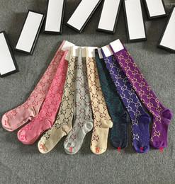 Línea muestra online-Multicolor 1 pares Nueva G letra línea de oro de impresión desfile de moda delgado vástago femenino calcetines hasta la rodilla calcetines de punto de algodón con caja de regalo
