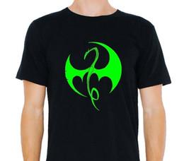 Супер героя онлайн-Железный кулак чудо супер герой логотип футболка
