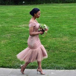 Vestidos de hombros tapados online-2019 Vestidos de dama de honor fuera de la tapa del hombro Mangas Sirena Encaje Aplique Corpiño Té Longitud Invitado de boda largo Invitado de boda Vestidos de dama