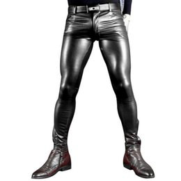 Lápiz abierto online-Sexy Men Faux Leather Pu Mate Moda Brillante Pantalones Rol Hombres X Soft Skinny Gay Pants Zipper Open Pencil Pantalones Gay Wear