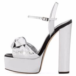 vente en gros en cuir plissé plate-forme sandales noeud conception boucle de sangles d'été femmes chaussures argenté talons chunky robe pompes ? partir de fabricateur
