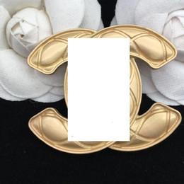 Мода новый женский сплав глянцевый письмо брошь дизайнер девушка подарок свадьба свадебные украшения Accessories2 от Поставщики цветные заклепочные башмаки