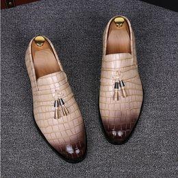 Zapatos amarillos de la boda online-2018 Nuevo estilo de lujo Summer Men Tassel Point Toe Patrón Mocasines de cuero Azul Rojo Amarillo EUR Tamaño 38-43 Wedding Dating Barber's Shoes M536