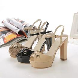 Xiuchun852 Qualidade Top Carta de Metal Fivela Bomba de salto Alto sapatos de couro Da Lona Mulher 10 cm sandálias de Salto Grosso Vestido Sapatos 35-41 Com de