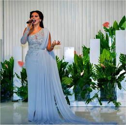 Une robe à manches cape d'épaule en Ligne-2018 A-ligne robes de soirée avec de longs cristaux cape appliques de dentelle perlée une épaule manches longues robes de bal chffon