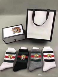 Мужчины дизайнер носки тигр вышитые 2 белый 1 Бальк 1 серый с оригинальной коробке полосатый жаккард унисекс хлопок спортивные носки 4пары/коробка cheap jacquard socks от Поставщики жаккардовые носки