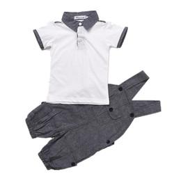Ternos do casamento do verão dos miúdos on-line-Crianças de verão Do Bebê Meninos Cavalheiro Terno Branco de Manga Curta Camisa Polo + Suspender Calças Outfits Moda Crianças Roupas de Casamento