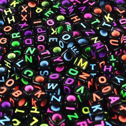 a72aada60c62 100 unids diferentes 6mm DIY Cube negro granos de la carta de acrílico con  el arte del alfabeto   joyería de los cabritos que hace la pulsera