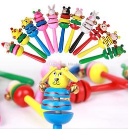 Manos temblando dibujos animados online-Dibujos animados palillo de madera nuevo estilo Jingle Bells animales mano Shake sonido Bell sonajeros bebé juguete educativo 15.8 * 6 cm C4233