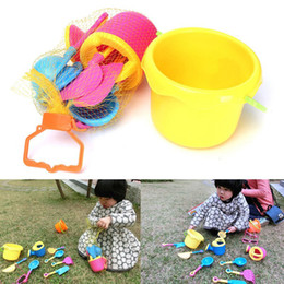 pala de plástico de playa Rebajas 9 Unids / set Beach Sand Toys Set para Niños Playa Arena Espada Pala Pala Juego de Niños Juguete de Agua Plástico Conjunto de Gafas de Sol 2018 Nueva Llegada