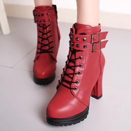 Automne-Hiver Nouvelle-Angleterre en cuir verni bottes femme talon haut épais avec des bottes de moto en dentelle rivets sauvages chaussures simples PU Martin bottes ? partir de fabricateur