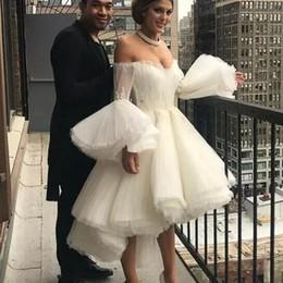 Pequeños vestidos de novia sexy online-Vestido de novia blanco alto bajo atractivo Sexy fuera del hombro trompeta mangas largas vestidos de novia verano tulle capas vestido de novia barato