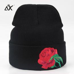 Motif bonnet en coton en Ligne-ADK Doux Hommes Lady Chapeaux Avec Rose Broderie Mode Automne Cap Motif Loisirs En Plein Air Coton Beanie Pour Femmes Hiver